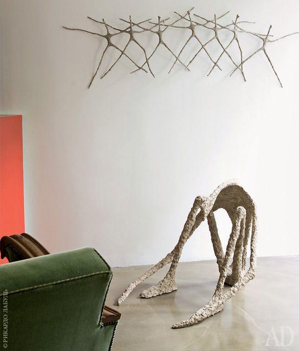 Гостиную украшают работы парижского скульптора Робера Опти.