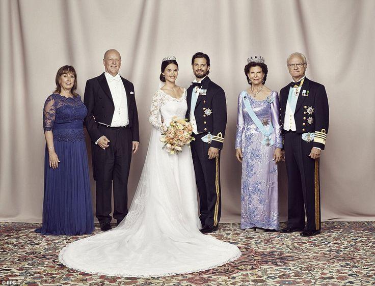 Trotse ouders: Het gelukkige paar poseren met hun ouders, Marie Hallqvist en Erik Hellqvist, rechts, en koningin Silvia van Zweden en haar echtgenoot Carl XVI Gustaf van Zweden