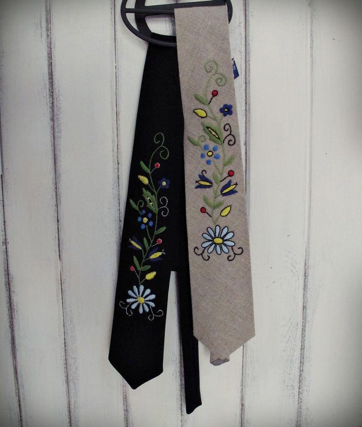 Niepowtarzalna, ręcznie szyty krawat stworzony z bawełny z ręcznie wyszywanym wzorem haftu kaszubskiego. Krawat bardzo elegancki i estetycznie wykończone. Kaszubskie haftowane krawaty idealnie nadają się dla panów lubiących się wyróżniać, a także chcących podkreślić swoje kaszubskie korzenie. Folklorystyczne wzory kwiatowe regionu Kaszub haftowane są na standardowych krawatach, jakie można zakupić w każdym sklepie. Wiązana Mężczyźni czas na różnorodność, kolor, styl i folklor! www.farwa.pl