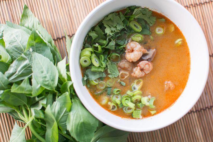 Een lekker en makkelijk recept voor een Thaise rode curry soep met garnalen. Je kunt het natuurlijk ook met kip maken.