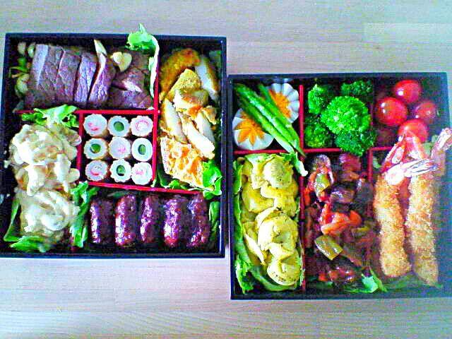 左のお重 ・牛フィレステーキ ・白身魚のカレームニエル ・ミニハンバーグ ・ポテトサラダ ・竹輪のおつまみ  右のお重 ・ゆで卵 ・アスパラソテー ・ブロッコリー ・プチトマト ・海老フライ ・ラタトゥイユ ・トルテッリのクリームソース - 111件のもぐもぐ - お花見弁当♪① by kana000suzuki