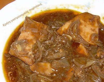 Κλασικά κυριακάτικα φαγάκια της σαρακοστής, τα πιάτα με θαλασσινά. Αντί κρέατος, έχουν την τιμητική τους οι σουπιές τα καλαμάρια τα χταπόδια και οι γαρίδες. Σήμερα οι σουπιές μας, έγιναν στιφάδο! Όπως έλεγα στο στιφάδο με κρέας, η χαρακτηριστική «μυρωδιά» του κρητικού στιφάδου, όπως κι αν το φτιάξουμε, είναι τo κύμινο. …