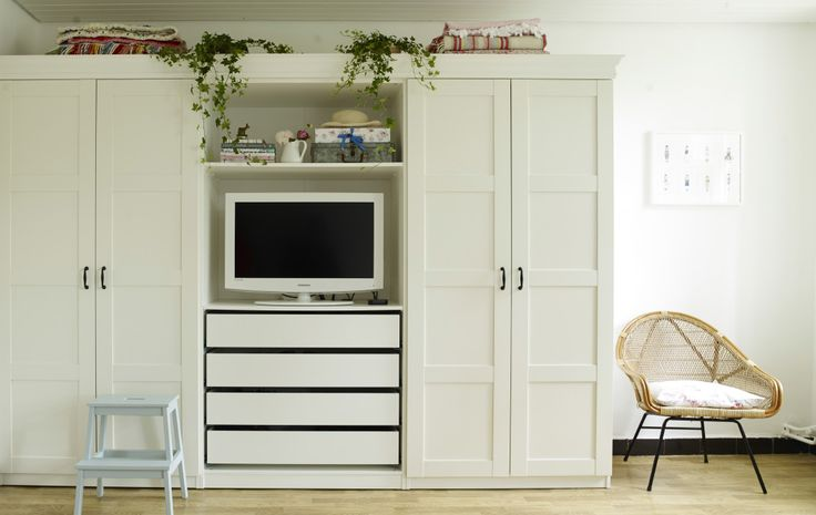 Yvonnes Kleiderschrank mit eingebauter TV-Ecke, Regalen und Schubladen: eine perfekte Doppellösung