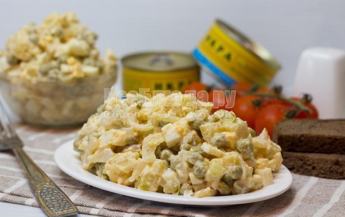 Салат с икрой минтая (картошка, горошек, яйцо) Ингредиенты: икра минтая - 1 баночка картошка - 3 шт. средних яйца - 3 шт. лук - 1 головка зеленый горошек - 1 банка майонез для заправки Приготовление: Лук порезать и обжарить на растительном масле. Картошку отварить, порезать кубиками, яйца тоже отварить, охладить, порезать. Выложить обжаренный лук, икру минтая и майонез. Добавить зеленый горошек и перемешать.