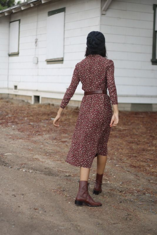 Cute outfit, but WHAT IS GOING ON WITH HER FEET??? Is she drunk? Is she a zombie? I bet she's a zombie. Zombies have acute fashion sense, I hear.