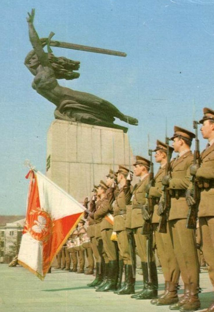 The Representative Company of the Polish People's Army (Kompania Reprezentacyjna Ludowego Wojska Polskiego) at the Monument to the Heroes of Warsaw.