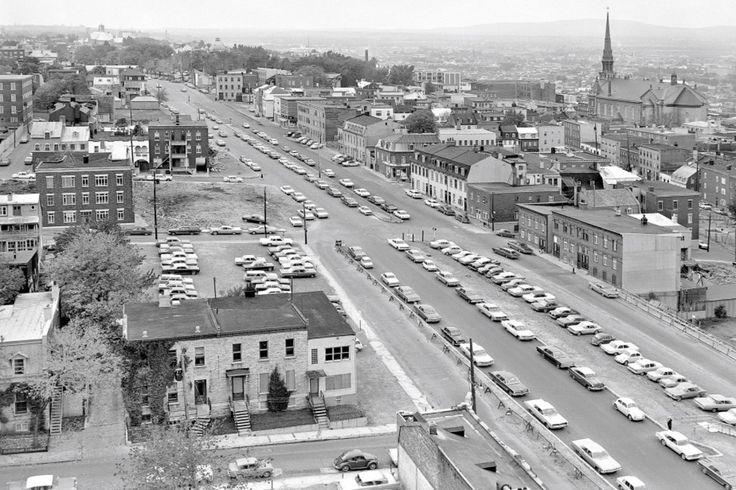 Le boulevard René-Lévesque sur cette photo, baptisé Saint-Cyrille à l'époque, c'était avant la construction de l'hôtel Delta et du Complexe G.