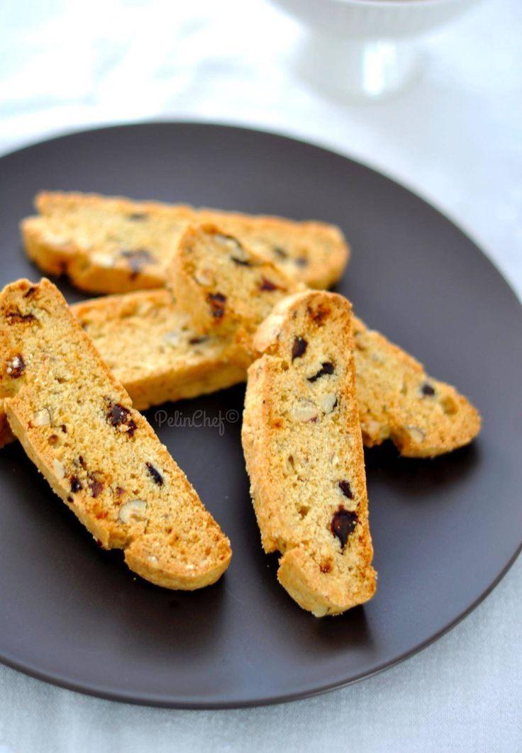 Kurabiyelere devam. Bugün her zaman kalbimde ve tabi midemde :) ayrı bir yeri olan biscotti tarifi vereceğim. Biscotti bir İtalyan kurabiyesi. İki kez fırınlanarak pişirildiğinden kıtır kıtır bir kurabiye. Bizim Selanik gevreğine benziyor. Hamur ilk önce bütün
