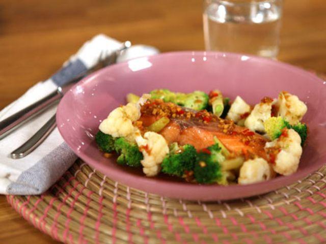 Ugnsbakad lax med krispiga grönsaker (kock Tommy Myllymäki)