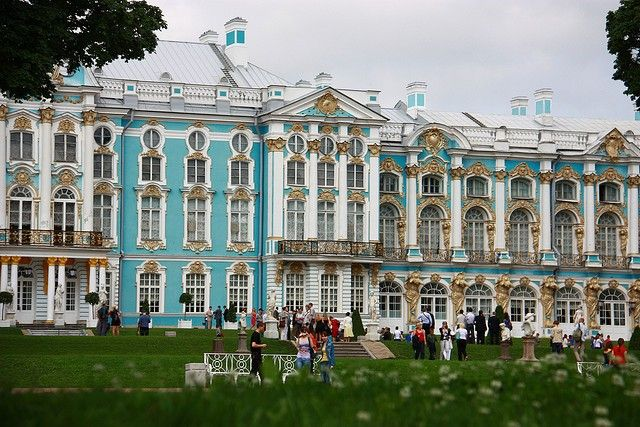 Большой Екатерининский дворец, находится в центре Царского Села (сегодня это город Пушкин) в 25 километрах от Санкт-Петербурга.
