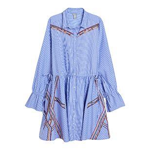 Denne klassiske tunikaen i vevet bomull med friske hvite og blå striper har fått en oppdatert folklore-vri med fargerike pyntesømmer og dusker. Fremhev midjen og fasongen på ermene med knytesnorene. Bær den som en kort kjole, med bare legger og skinnsandaler.