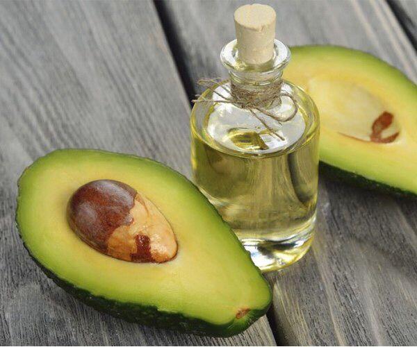 Масло авокадо – это без преувеличения кладезь полезных веществ, витаминов и микроэлементов. В нём сбалансированное количество белков, углеводов, насыщенных и ненасыщенных жирных кислот.  Не менее важный для здоровья и сохранения молодости витамин Е. Он замедляет процесс старения клеток и необходим как предупреждающий фактор развития атеросклероза, артрита, онкологических заболеваний и образования тромбов.  #ЦентральнаяАптека #аптека #авокадо #масло #витамин #Е #здоровье