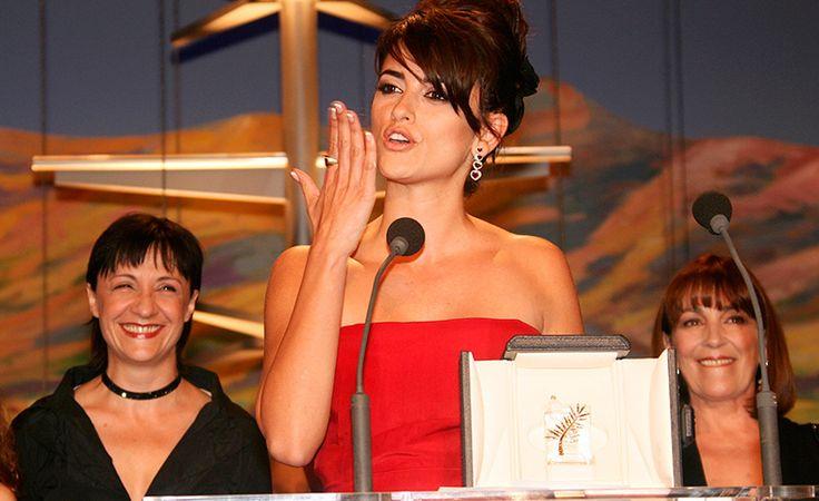 Penélope Cruz recibiendo  la Palma por su trabajo y el de sus compañeras en 'Volver' (2006).