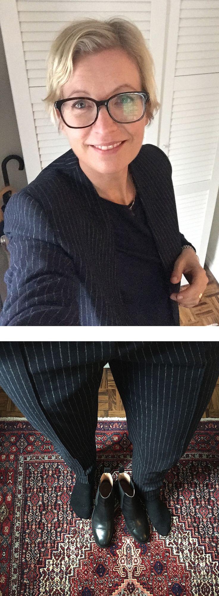 https://flic.kr/p/NNSmUy | 2016-11-07 | Marinblå långärmad top COS, marinblå kritstrecksrandig kostym H&M, svarta loafers Vagabond