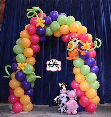 Arco di palloncini con animali per la Festa a Tema Country Farm, il gatto tigrato, la mucca carolina e il maialino Pig per allestire l'Allegra Fattoria a cura di C&C Creations Eventi