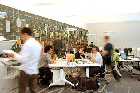 Die ARCH+ Redaktionsgruppe bei der Arbeit in der Bürolandschaft des Projektraums TMoYM in Kassel. Foto: Fabian Lux