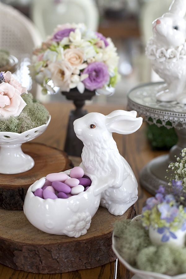 Mesa de Páscoa - decoração rústica e com toque infantil - coelho de porcelana com amêndoas confeitadas em tons de rosa ( Decoração: Fabiana Moura | Flores: Mariana Bassi )