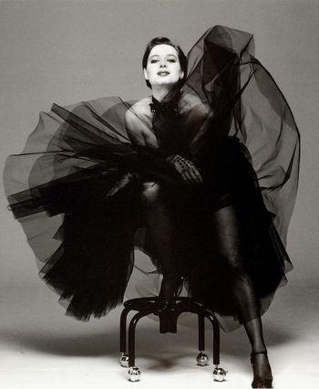 黒のチュールスカートで躍動感あるショットに♡イザベラ・ロッセリーニ