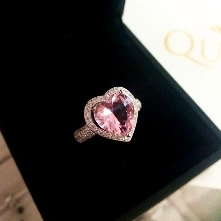 Presente romântico para o dia dos namoradosAnel de coração no rosa quartzo.    Compre joias no atacado com a Queen Joias