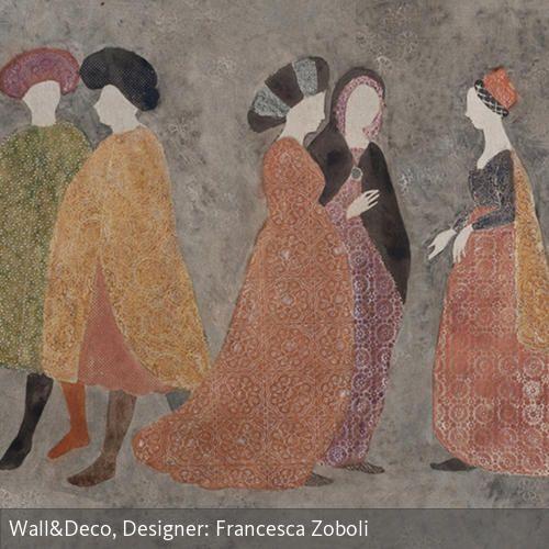 """Die Tapete """"Agorà"""" von Wall & deco zeigt Silhouetten von Menschen in mittelalterlicher Kleidung und wurde in Fliesenoptik angelegt. Die Gestalten sind etwa…"""