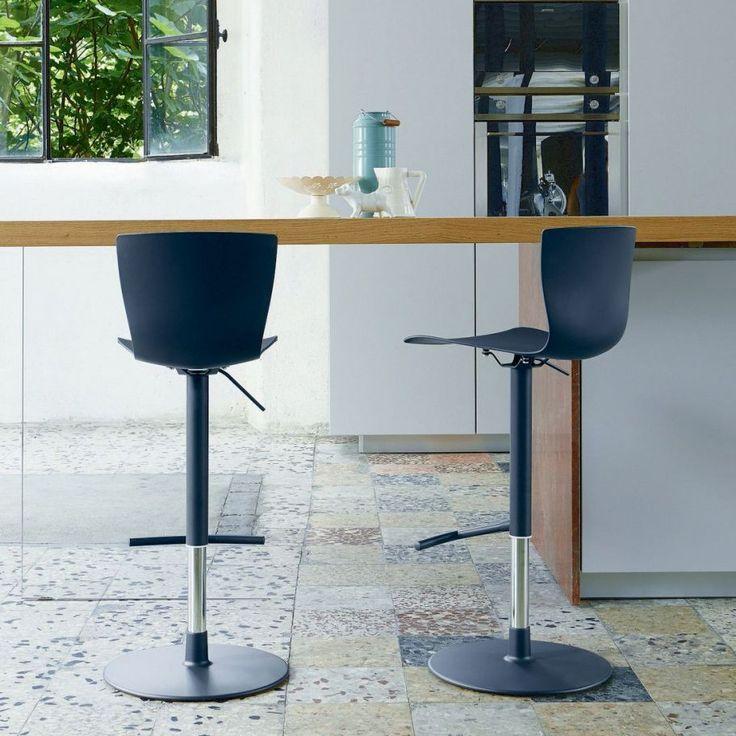 Sgabello regolabile. Struttura in alluminio e acciaio, seduta girevole in polipropilene o rivestita in ecopelle o pelle. Disponibile in diversi colori.