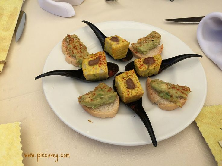 Tapas vs Raciones I have noticed some peoplerefer to most kinds ofSpanish foodas Tapas. Not all Spanish food is tapas.Theyway food is served andthe kind of dishdetermines it´s name. Whether it be Plato (dish) Racion(portion) Tapa(snack) Pintxo(food on a stick)Read more