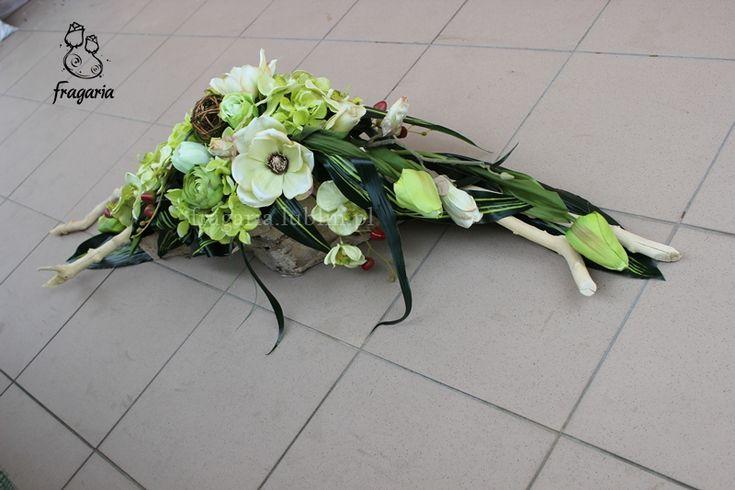 Kochani Święta Wielkanocne za pasem, więc skrótowa prezentacja kompozycji, a właściwie jej opis.Seledynowe kwiaty magnolii, róży, hortensji, storczyka i tulipana, wplecione w zieleń. Całość dopięt…