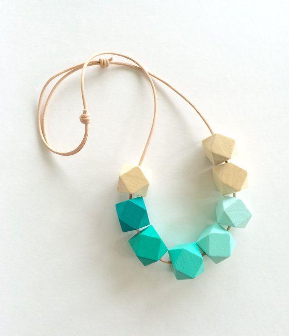 Hand geschilderde geometrische houten kralen statement ketting / geometrische sieraden / facet kralen / smaragdgroen ombre / wintertaling / cadeau voor haar / zeshoeken