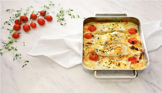 Torsk bakt i ovnen er noe av det enkleste du kan lage. Her kan du bruke det du har av grønnsaker i kjøleskapet hvis du ikke har det som står i oppskriften.