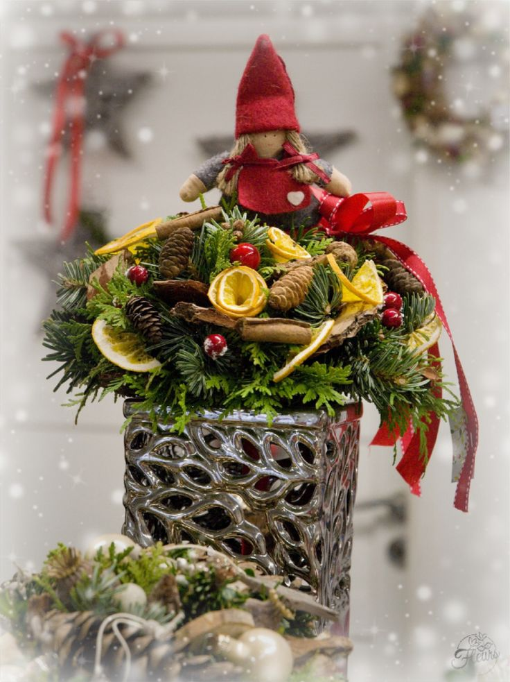 Vánoční kytice s panenkou #christmas #flower #red #doll #arrangement #decoration