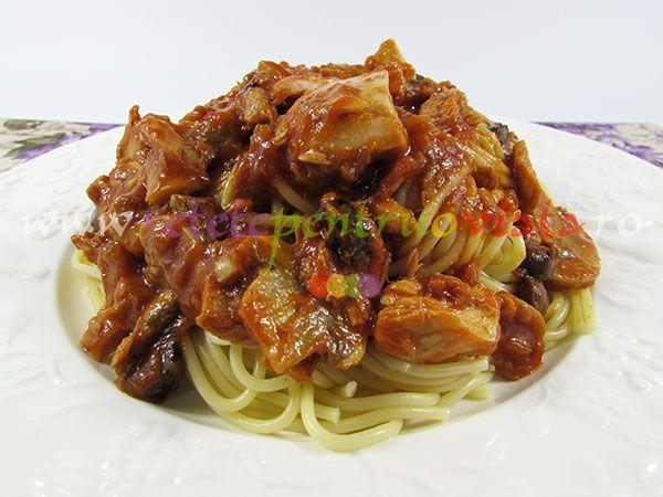 #Reteta de #paste cu ton si ciuperci se pregateste rapid si usor cu spaghete, linguini sau paste scurte si cu sos de rosii, ton si ciuperci.