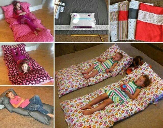 Colchonetas hechas con fundas de almohadas pegadas una al lado de la otra y luego se le ponen las almohadas. Que buena idea!!!