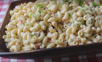 Cette salade de macaroni est un must pour tous vos repas du temps des fêtes