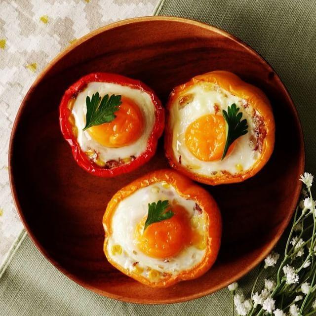 【とろとろ】半熟卵をのせたパプリカのコーンビーフ詰め ■材料 《3個分》 ・パプリカ 3個 ・卵 3個 ・イタリアンパセリ 適量 《A》 ・コンビーフ 200g ・チーズ 30g ・コーン 100g ・マヨネーズ 大さじ1 ・こしょう 小さじ1 ■手順 1.パプリカはヘタを切り落とし、種とワタを取り除き、200℃のオーブンで10分ほど加熱する。 2.ボウルにAの材料を入れてよく混ぜ合わせる。 3.加熱後パプリカの中にAを詰めて、卵をのせる。200℃のオーブンで20分程度、卵の白身が白くなるまで焼く。 4.仕上げにイタリアンパセリを添えたら完成。  #料理好きな人と繋がりたい #おうちカフェ #料理 #cooking #レシピ#delish  #yummyfood #homemadefood  #nomnom #ilovefood #instacook #instafood  #おうちご飯 #おうちごはん #昼ごはん #ランチ #晩ごはん #夜ごはん