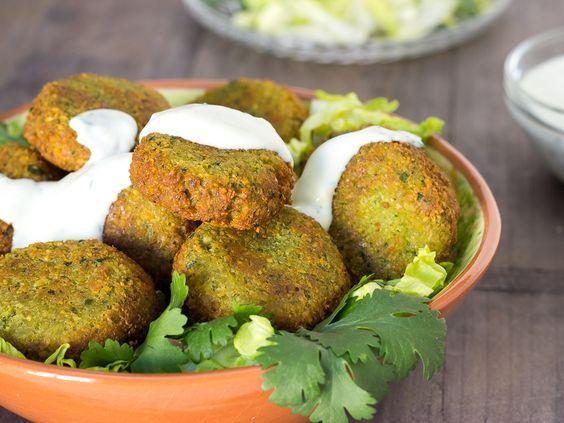 Receta de falafel. Aprende a hacer esta receta tradicional árabe y acompaña tus falafel con salsa de yogur vegana. Un plato vegano muy proteínico y sabroso.