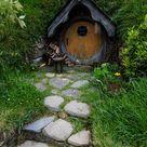 Hobbit huis in de grond met de tpische bijna ronde deur.