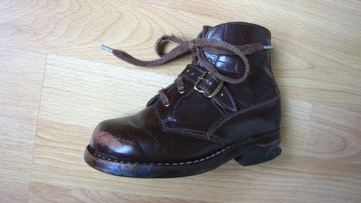 Staré zateplené zimní dětské kožené boty s nártním řemínkem na mosaznou přezku velikosti podrážky 19 cm. Kožená podrážka, okovaný opatek. Boty jsou použitelné pro lyžování na starých lyžích - mají patní drážku pro vázání typu Kandahár nebo pro bruslení / šlajfky. Rozměry cca: délka podrážky 19 cm, délka vnitřní stélky (skutečná velikost boty) 17 cm - odpovídá vel. EU 27.