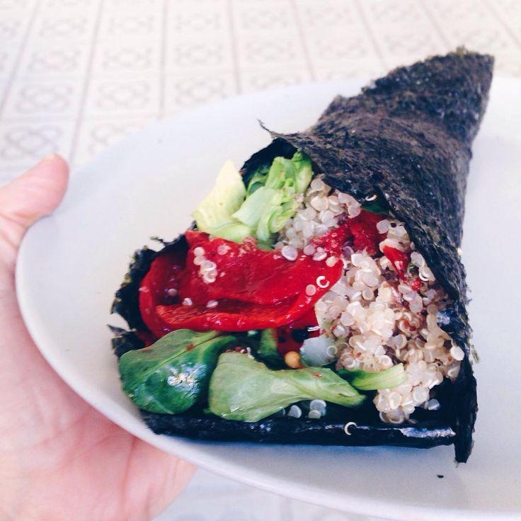 Hoy he enrollado la quinoa en una hoja de alga nori y le he puesto pimiento del piquillo @vermutespinaler, lechuga y canónigos  #midietavegana