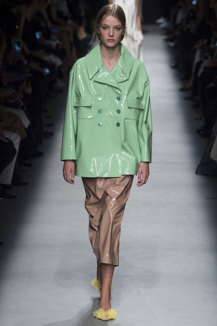 Rochas Spring 2016 Ready-to-Wear Fashion Show - Roos Abels (Ford)  That mackintosh skin mint jacket!