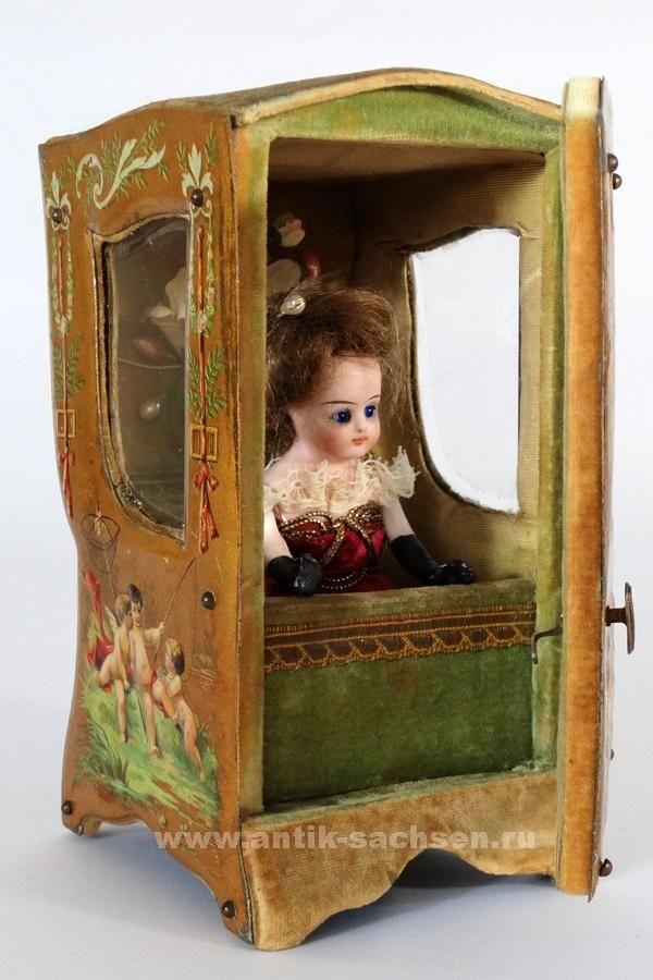 """Красивый антикварный французский шкафчик-витрина для маленьких кукол, сделан примерно в 1885 - 1890 годы. Размеры: 18 х 8,5 х 10 см. Сохранность очень хорошая. Сделан из дерева с жестяной отделкой передней дверцы и боковых сторон. На дне шкафчика оригинальная бумажная фирменная наклейка """"Procede Brevete SGDG Modele Depose"""". #antiquedollshop #antiqueshop #франция #шкафчик"""