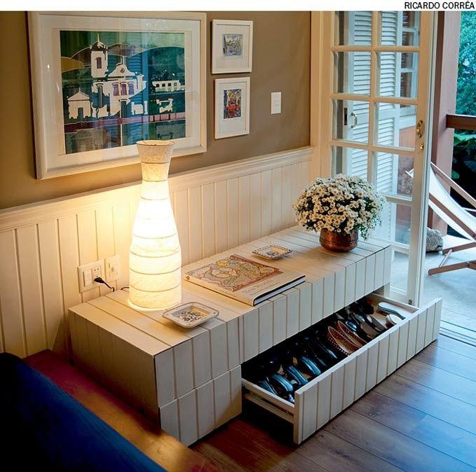 A sapateira, feita de lambris, parece um prolongamento da parede. Projeto do arquiteto Welington Fonseca.