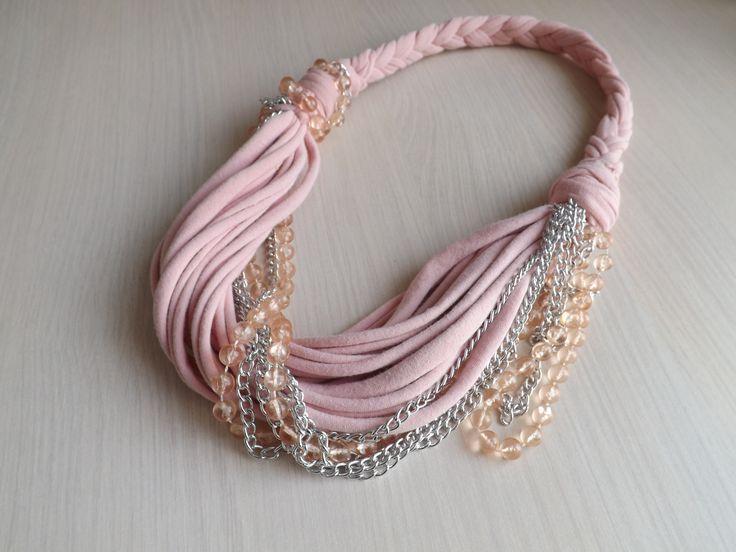 2000,- Púderrózsaszín pamut anyagból,gyöngysorral és lánccal készült ez a  textilnyaklánc. Csak egy db készült belőle.