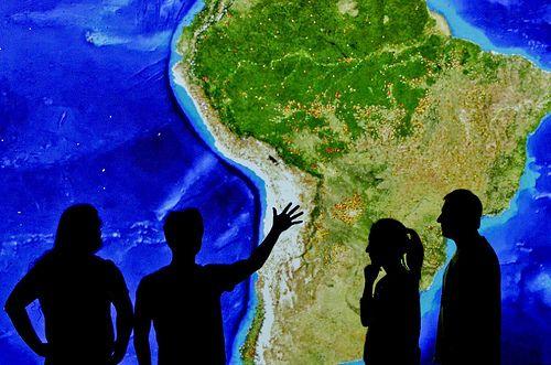 Miembros del equipo Terra-i team discuten el Sistema de Monitoreo de Deforestación Terra-i. Este sistema es capaz de observar en tiempo real y con gran detalle los bosques de Latinoamérica para detectar procesos de deforestación.   Créditos: Centro Internacional de Agricultura Tropical (CIAT).