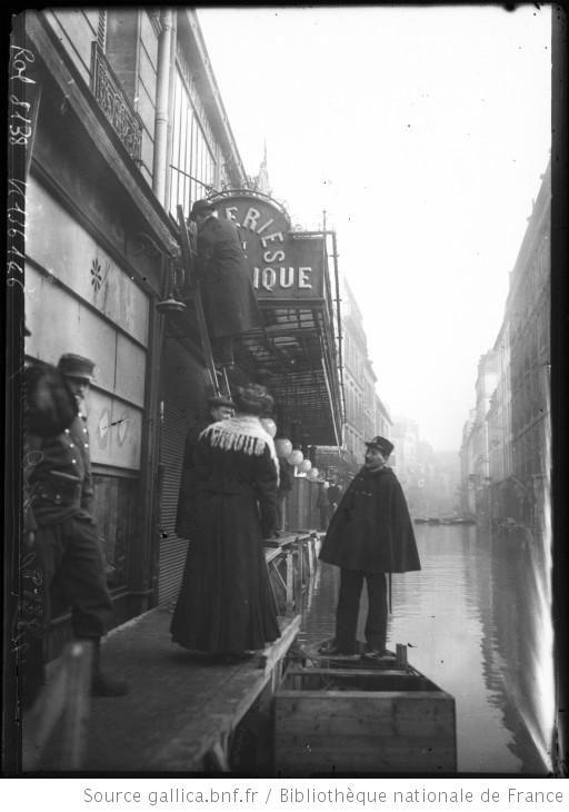 31-1-1910, rue Saint-Dominique [inondations de Paris, 7e arrondissement, : [photographie de presse] / [Agence Rol]
