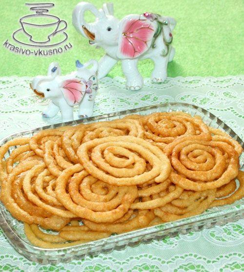 Вкусное лакомство Джалеби (Jalebi) Сегодня мы приготовим с вами необычное и очень вкусное лакомство под названием Джалеби. Джалеби (Jalebi) - одна из самых популярных сладостей в Индии. Ингредиенты для приготовления Джалеби: 1,5 стак. муки 2 ч.л. манной крупы 1/3 ч.л. соды 1 ст.л. кефира или йогурта 2 стак. воды ( в тесто - 1 стак.; …