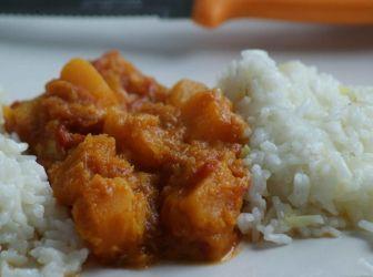 Sütőtök curry recept illatos rizzsel: Csodásan illatozó téli étel, gyors és könnyen elkészíthető. Különleges mégis harmónikus ízvilággal. http://aprosef.hu/sutotok_curry_recept_illatos_rizzsel
