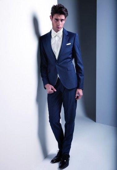 Abito blu su camicia e dettagli bianchi #abitosposo