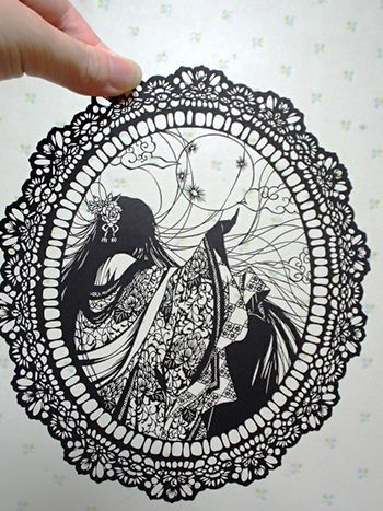 月を見つめる輝夜姫