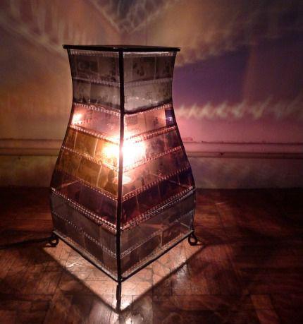 Lampe constituée d'ancien négatifs de photos.