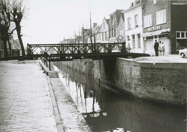 Noordhaven gezien vanaf de Zuidhaven in de richting van de oude brug